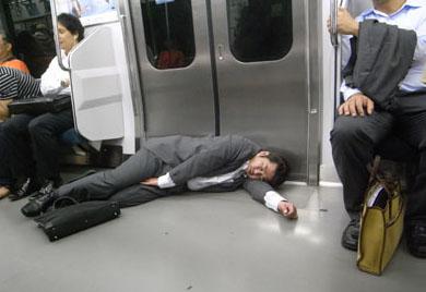 日本の労働環境は、狂ってる。外国人「日本人は、奴隷なのか?」